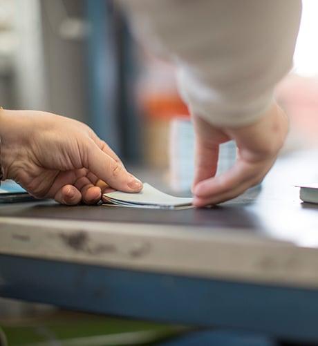 Kuvituskuva. Työtehtäviä printti- ja postituspalveluiden työelämäympäristössä.